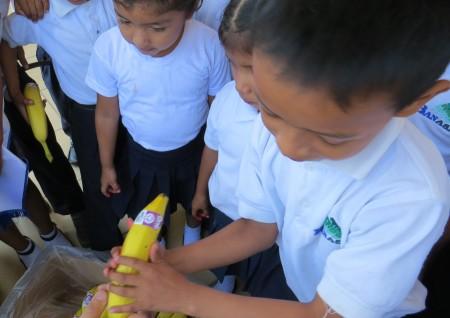 Banasa dona bananos a niños de hospitales públicos rurales